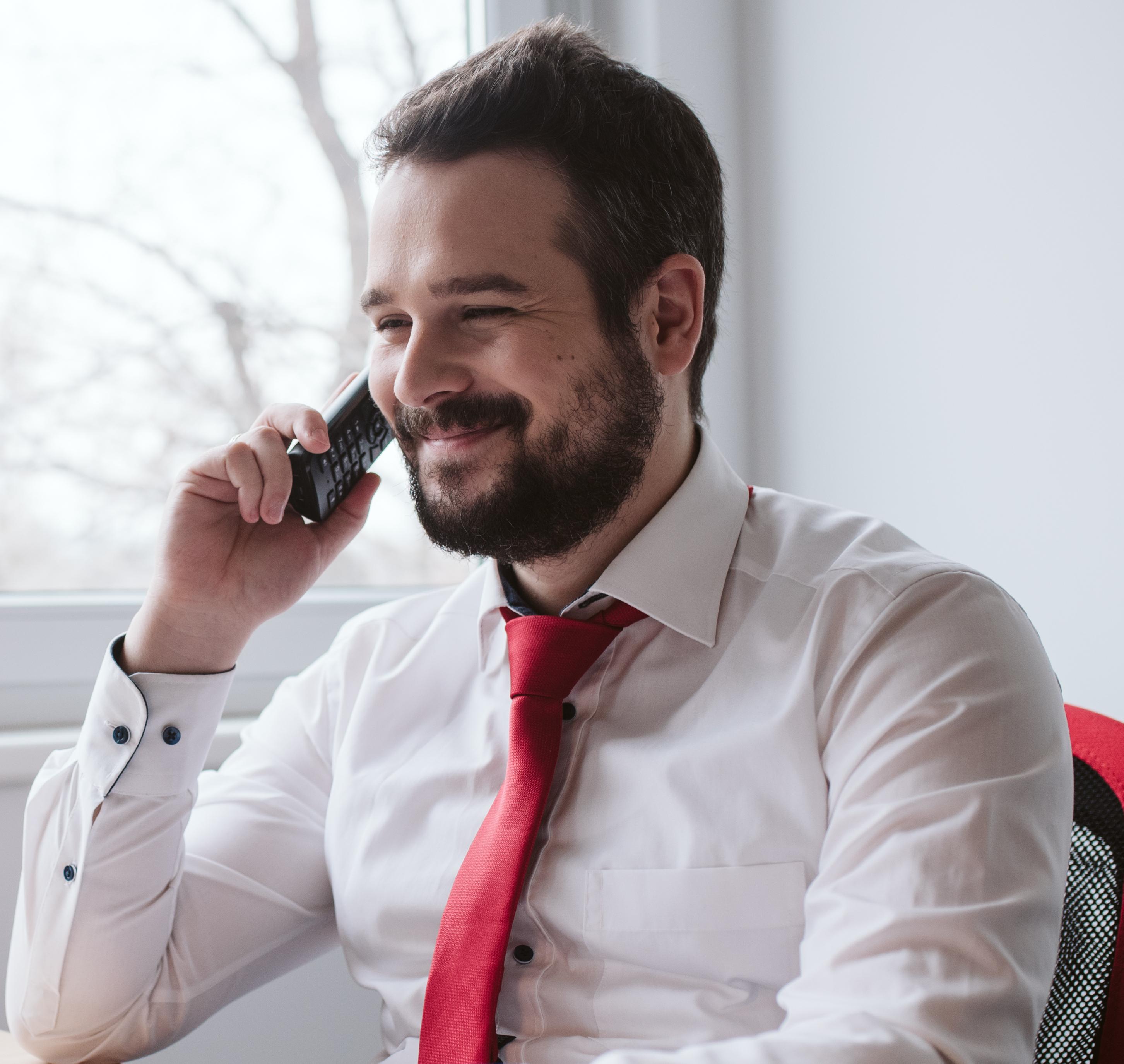 Gyula telefonálás közben